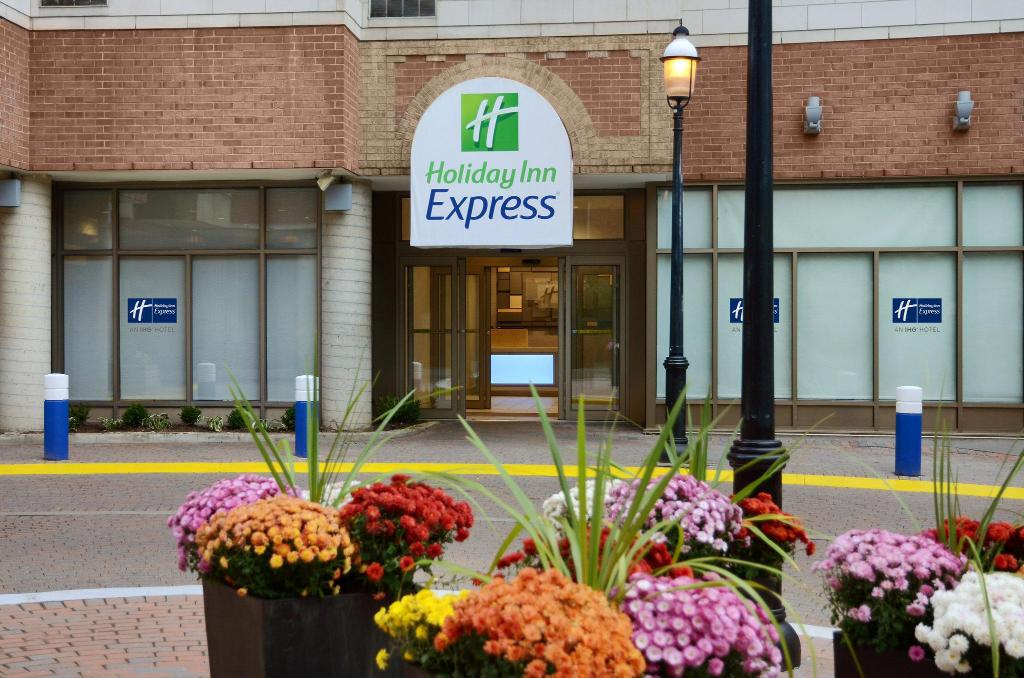 holiday inn express downtown toronto reviews